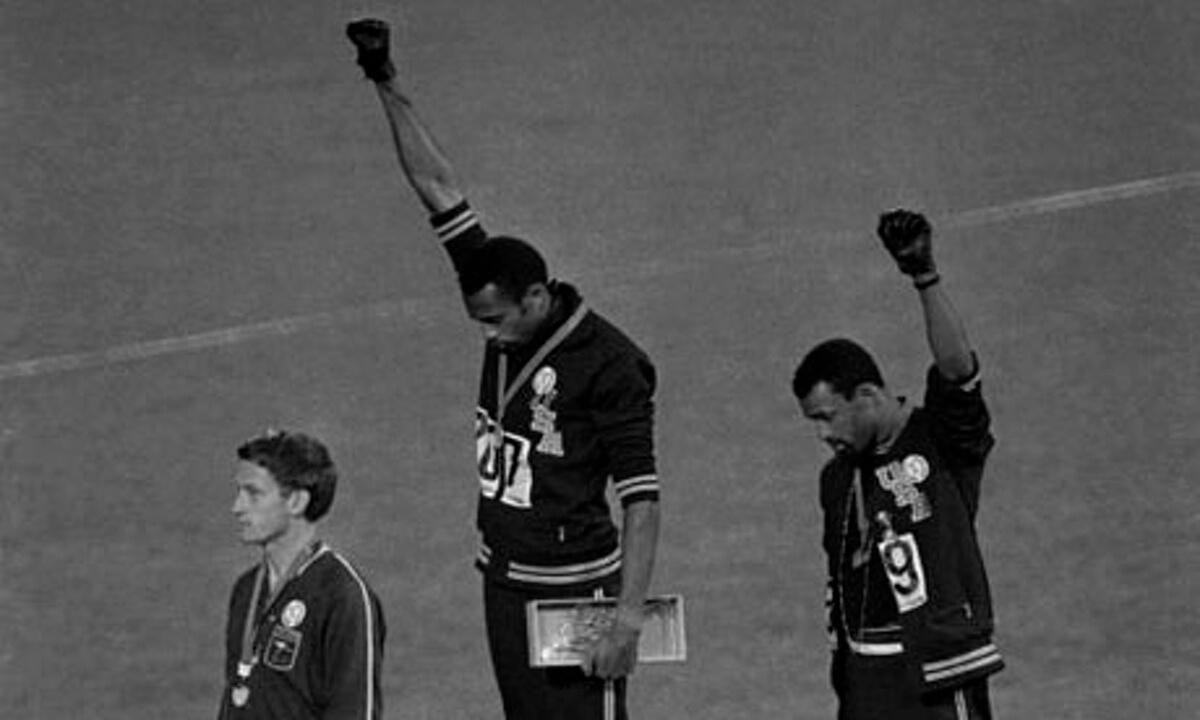 olimpiadi messico pugno alzato